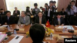 Vietnamese Deputy Foreign Minister Le Hoai Trung (C) attends a meeting about border between Cambodia-Vietnam at the Council Ministers in Phnom Penh August 29, 2016.