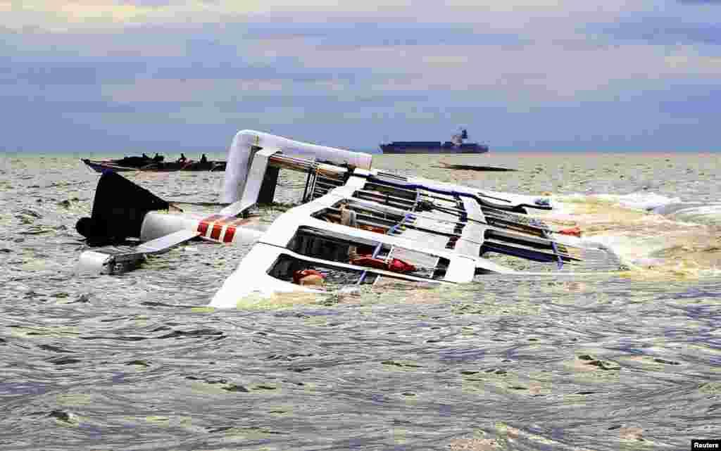 필리핀 마닐라 만에서 태풍 '갈매기'로 인한 강풍과 높은 파도로 여객선이 뒤집혔다.