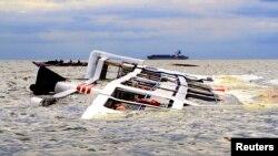 15일 필리핀 마닐라 만에서 태풍 '갈매기'로 인한 강풍과 높은 파도로 유람선이 전복되었다.