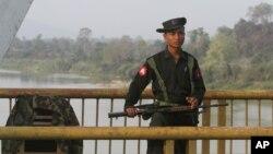 Seorang tentara Burma berjaga di Jembatan Balaminthin di atas sungai Irrawaddy dekat kota Myitkyina pasca bentrokan pasukan pemerintah dan Tentara Kachin (KIA) (Foto: dok).