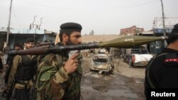 Tentara paramiliter Pakisten memegang granat yang diluncurkan roket di Peshawar. (Foto: Dok)