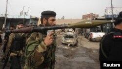 Binh sĩ bán quân Pakistan trang bị súng phóng lựu tại hiện trường sau một vụ đánh bom ở Peshawar.