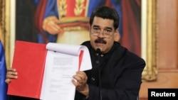 Nicolás Maduro oficializa su intención de convocar a una Asamblea Nacional Constituyente algo que ha sido considerado por la oposición como un autogolpe y una violación a la Constitución.
