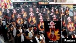 Các nhà hoạt động biểu tình ở Đài Loan, cầm ảnh của những người Tây Tạng tự thiêu
