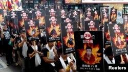 人權活動人士台北出示自焚者的照片(2013年3月10日資料照片)