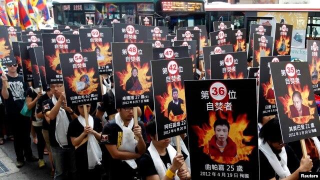 Các nhà hoạt động cầm ảnh của những người Tây Tạng tự thiêu tham gia một cuộc tuần hành ủng hộ Tây Tạng ở Đài Bắc, Đài Loan