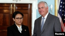 Indonesian Foreign Minister Retno Marsudi and U.S. Secretary of State Rex Tillerson shake hands before their meeting at the State Department in Washington, May 4, 2017.