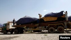 Xe tải chở vật liệu cho quân đội NATO vào Afghanistan từ Pakistan.