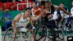 8일 브라질 리우데자네이루에서 진행된 2016 리우 패럴림픽 휠체어 농구 경기에서 미국(오른쪽)과 브라질 대표 선수가 공을 잡기위해 경쟁하고 있다.