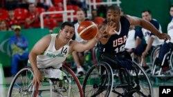 Les États-Unis jouent contre le Brésil lors d'un match de basketball en chaise roulante, le 8 septembre 2016 à Rio de Janeiro.