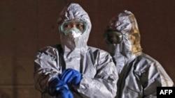 Các viên chức trong trang phục bảo hộ làm viêc gần nhà máy điện hạt nhân