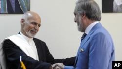 Shugaban Afghanistan Ashraf Ghani da abokin hamayyarsa Abdalla Abdullah wanda suka raba iko tare bayan kiki-kakar siyasa a shekarar 2014