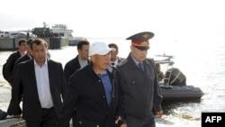 Tổng thống Tatarstan Rustam Minnikhanov (thứ 2 từ phải) đi dọc bờ sông Volga trong lúc diễn ra hoạt động tìm kiếm người mất tích từ thuyền du lịch 'Bulgaria', 11/7/2011
