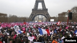 """Los asistentes a la marcha llegaron a Paris para participar de la llamada """"Marcha para todos""""."""