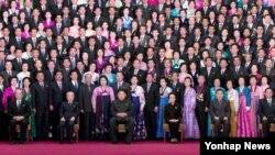 지난달 19일 전국 경공업대회 참석자들과 기념사진을 찍은 북한 김정은 국방위원회 제1위원장(앞줄 왼쪽에서 세번째). 당시 박봉주 당 경공업부장도 함께했다.