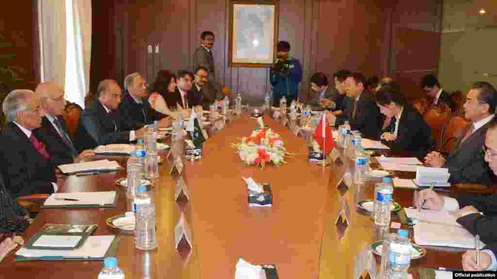 وفود کی سطح پر ہونے والے مذاکرات میں مشیرِ خارجہ سرتاج عزیز نے پاکستانی جبکہ چینی وفد کی قیادت وزیر خارجہ وانگ یی نے کی۔