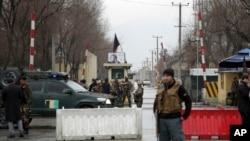 当局调查喀布尔使馆区自杀炸弹袭击事件(美联社)