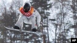 Shaun White, de EE.UU. es visto durante la competencia masculina de snowbording, modalidad halfpipe, en el Phoenix Snow Park en los Juegos Olímpicos de Invierno Pyeongchang 2018 en Corea del Sur, el martes, 13 de febrero de 2018.