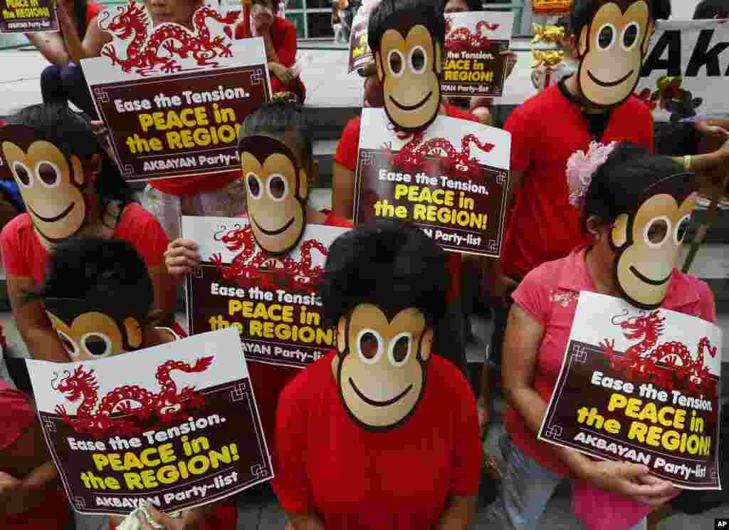 معترضان با ماسک میمون در مقابل کنسولگری چین در مانیل در اعتراض به رفتار چین در قبال جزایر مورد مناقشه در دریای جنوبی چین