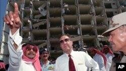 En esta foto de archivo aparece el secretario de Defensa en 1996, William Perry, centro junto al embajador Saudí.