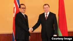벨라루스를 방문 중인 리수용 북한 외무상(왼쪽)이 11일 안드레이 코뱌코프 벨라루스 총리와 회동했다. 사진 출처: 벨라루스 외무부 웹사이트.