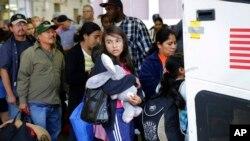 Imigran gelap dari El Salvador dan Guatemala keluar dari pusat penahanan imigran AS di San Antonio, Texas (foto: ilustrasi).