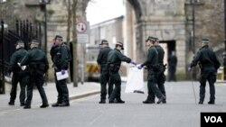 Polisi Irlandia Utara melakukan patroli di kota Londonderry (foto: dok.).