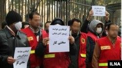 حدود ۳۰۰ نفر از آتشنشانهای پایتخت ایران با در دست داشتن پلاکاردهای اعتراضی در برابر ساختمان مرکزی شهرداری تهران تجمع کردند.