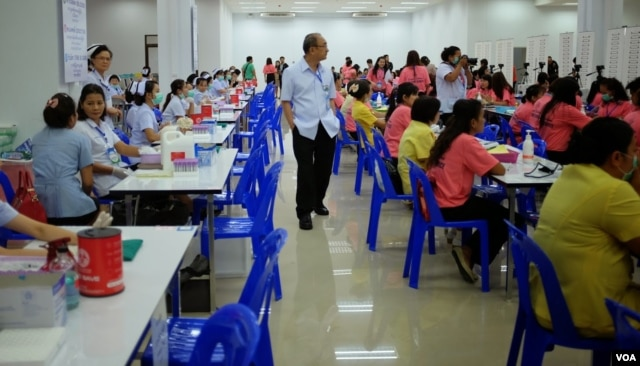 Workers prepare for an influx of registrants inside the one-stop center for foreign laborers in Samut Sakhon, Thailand, June 30, 2014. (Steve Herman/VOA)