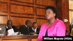 Setina Titosse no tribunal