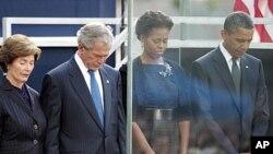그라운드 제로 추모행사에서 묵념을 하고있는 바락 오바마 대통령 (우)과 조지 부시 전 대통령 내외