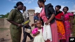 Nhân viên bảo vệ kiểm tra giáo dân trước khi họ vào nhà thờ dự lễ, ngăn ngừa tấn công có thể xảy ra