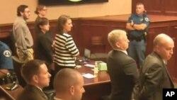 James Holmes (kiri berkacamata) bersama tim pengacaranya saat mendengarkan putusan dewan juri di pengadilan distrik di Colorado, Jumat (7/8).