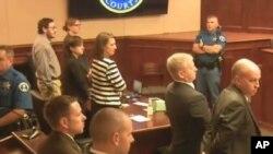 El jurado que decidió la condena de James Holmes sale de la sala luego de anunciar la sentencia.