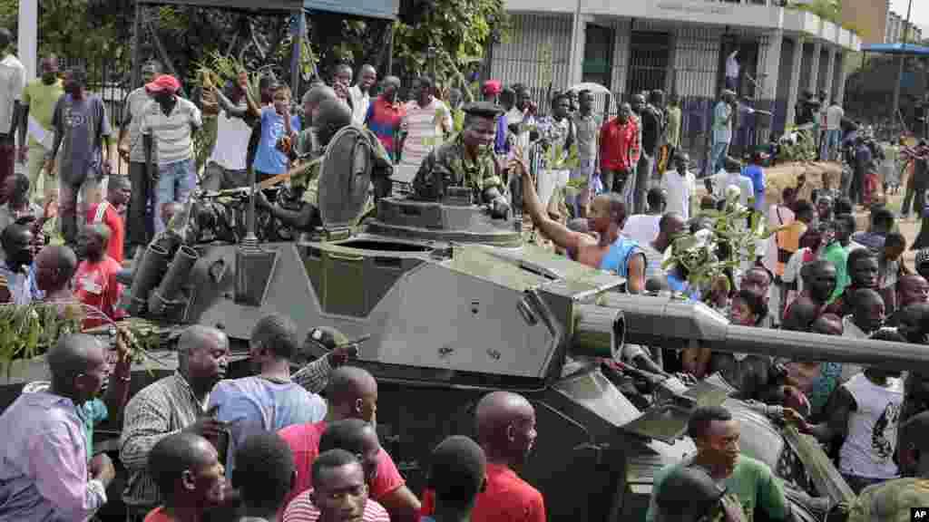 Les manifestants célèbrent ce qu'ils perçoivent comme un coup d'Etat militaire tenté, dans la capitale Bujumbura, le 13 mai 2015.