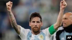 Lionel Messi vui mừng sau chiến thắng trước Nigeria.