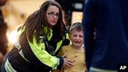Правоохоронці передають учнів батькам, після евакуації, через стрілянину в школі Колорадо