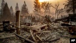Sebuah mobil kuno di antara puing-puing setelah kebakaran melanda Paradise, California, 8 November 2018.