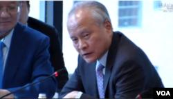 """中国驻美大使崔天凯在纽约亚洲协会举行的""""中美高端经贸对话会""""上 (美国之音方冰拍摄)"""