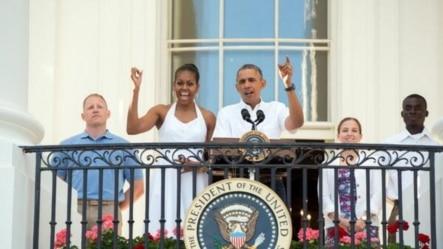 奥巴马总统和夫人7月4号这一天邀请美国官兵和家属及其他民众到白宫共同庆祝独立日。(白宫)