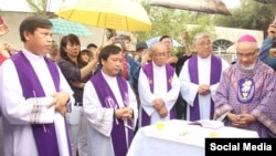Giám mục Hoàng Đức Oanh (phải) và các linh mục cầu nguyện cho cố Tổng thống Ngô Đình Diệm, ngày 2/11/2018. Photo: Thanh niên Công giáo