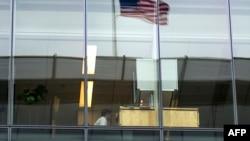 在美国首都华盛顿,一位职员坐在办公桌旁