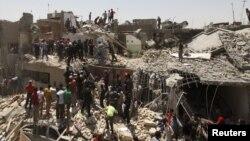 Búsqueda de supervivientes en Bagdad, luego que una bomba de un avión cayera de manera accidental sobre tres casas de la capital iraquí.