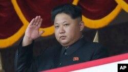 김정은 북한 국무위원장이 지난해 10월 평양 김일성 광장에서 열린 노동당 창건 70주년 열병식을 참관하고 있다. (자료사진)