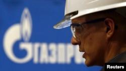 لوگوی شرکت نفتی گازپورم پشت سر یکی از کارکنان آن شرکت