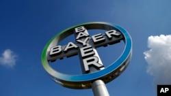 2013年10月2日位于德国柏林-舍讷费尔德机场的拜耳公司标识