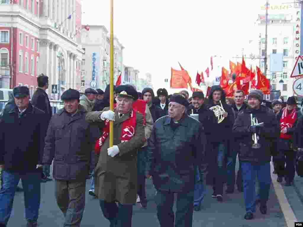 俄共十月革命遊行,樂隊伴奏。