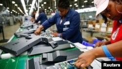지난달 29일 미국 사우스캐롤라니아 윈스보로의 가전제품 공장에서 노동자들이 32인치 TV에 들어갈 기판을 장착하고 있다. (자료사진)