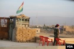 Pada pangkalan pejuang perempuan, seorang tentara berjaga-jaga pada 14 November 2016, di Snuny, Irak (H. Murdock/VOA)