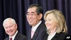 기자회견을 갖는 클린턴 미 국무장관(우), 게이츠 국방장관(좌)과 다케아키 일본 외상(가운데)